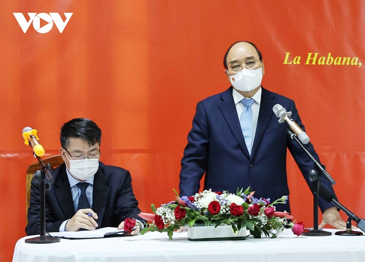 President Nguyen Xuan Phuc addresses the meeting with Vietnamese community representativesin Cuba.