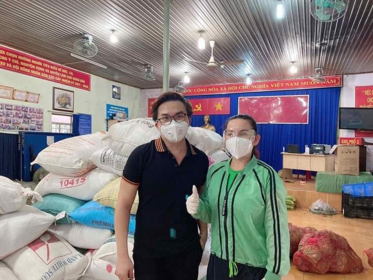 Ca sĩ Phi Nhung và MC Đại Nghĩa đi làm từ thiện hồi đầu tháng 8. (Nguồn: FBNV)