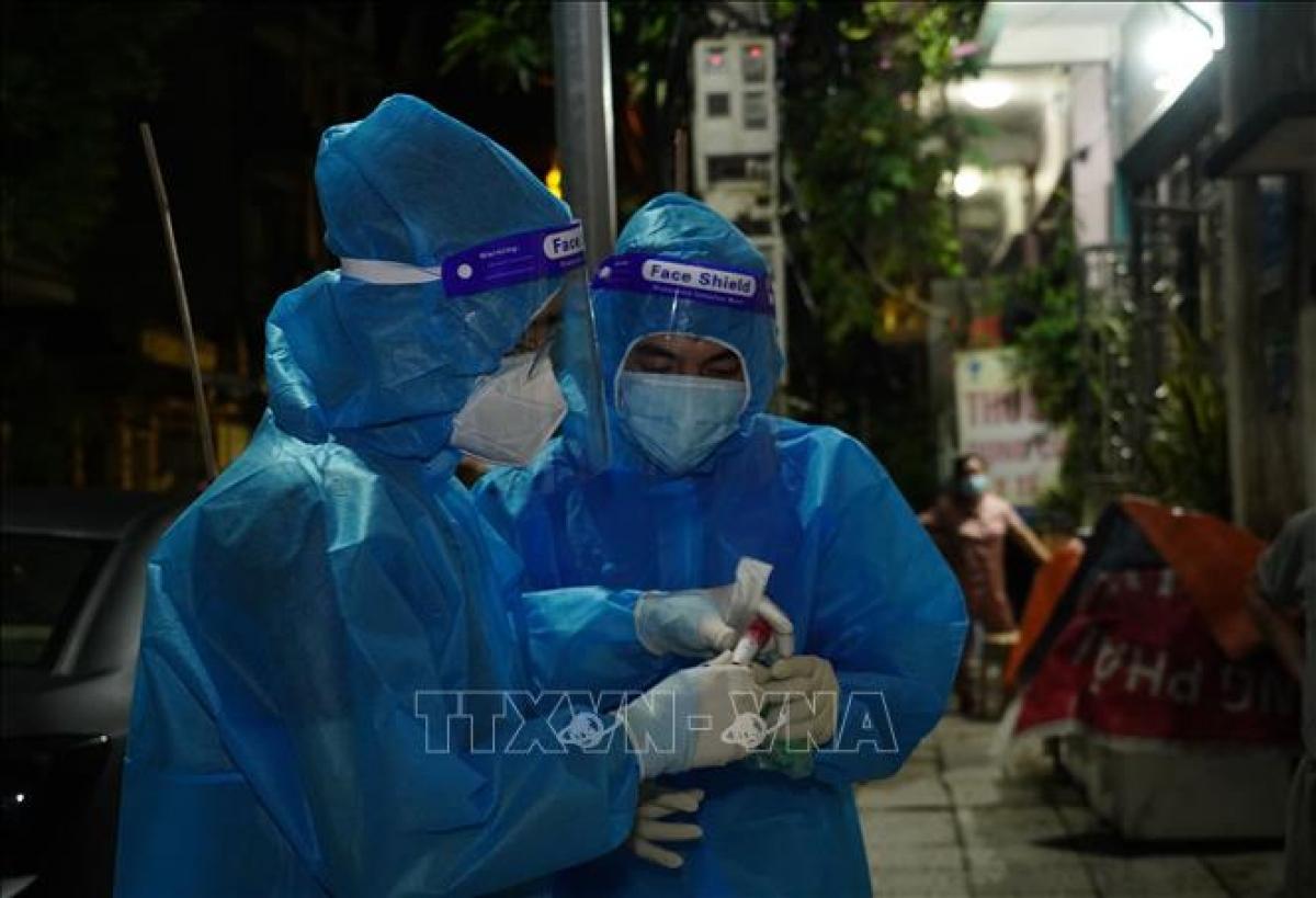 Lực lượng y tế chuẩn bị lấy mẫu xét nghiệm sàng lọc COVID-19 cho người dân thành phố Phủ Lý. Ảnh: TTXVN