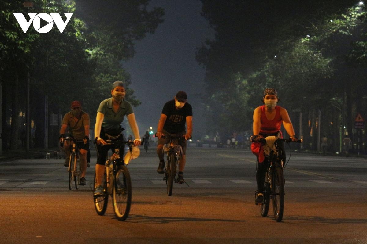 Từ ngày 28/9, người dân Hà Nội đã dậy sớm chạy, đạp xe và đi bộsau hơn 2 tháng tạm dừng các hoạt động thể thao ngoài trời.