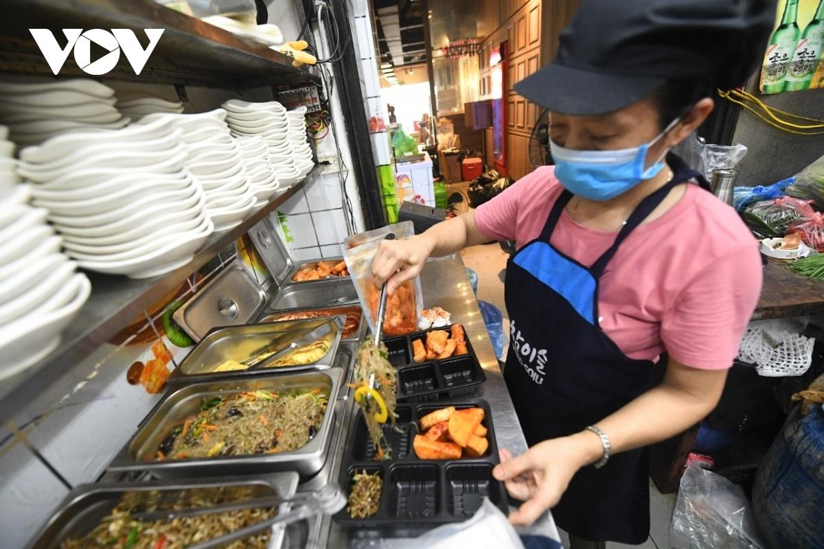 Nhiều hoạt động dịch vụ ở Hà Nội được mở lại nhưng người dân không được chủ quan để giữ vững thành quả chống dịch.