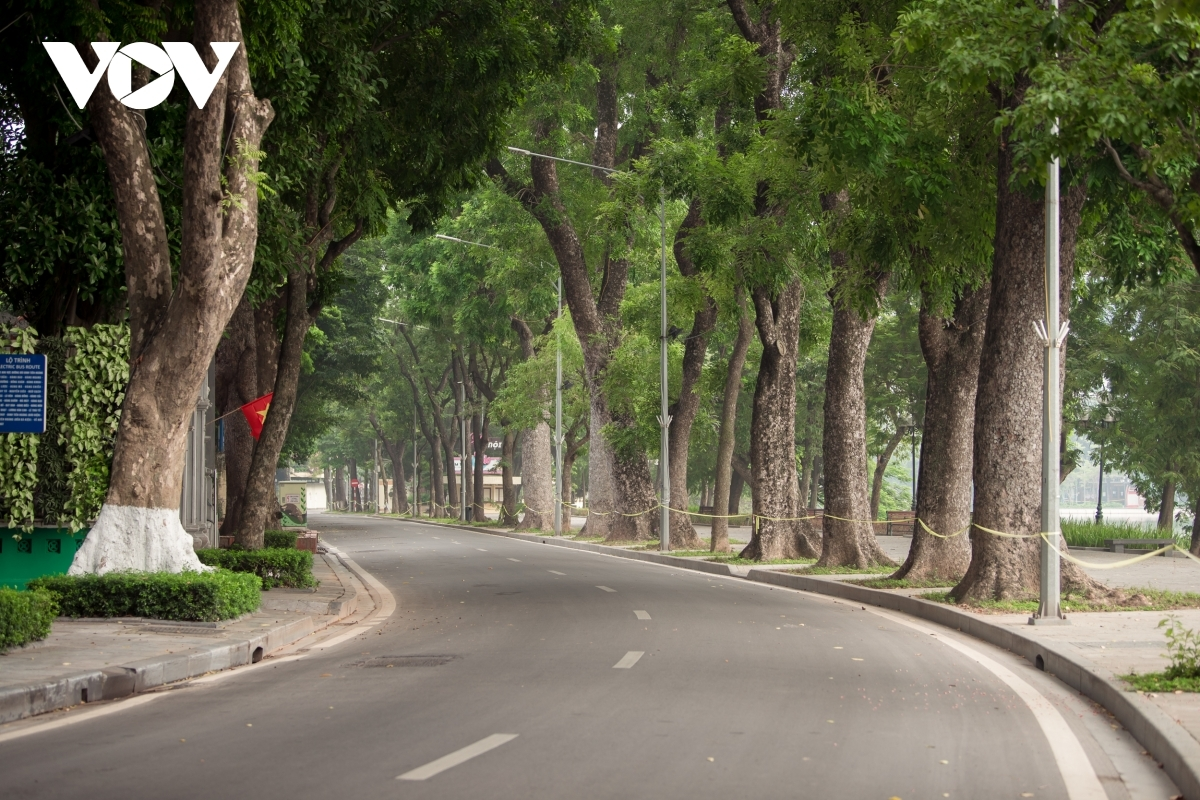 The desertedness can be seen everywhere, from Le Thai To street surrounding around Hoan Kiem Lake…