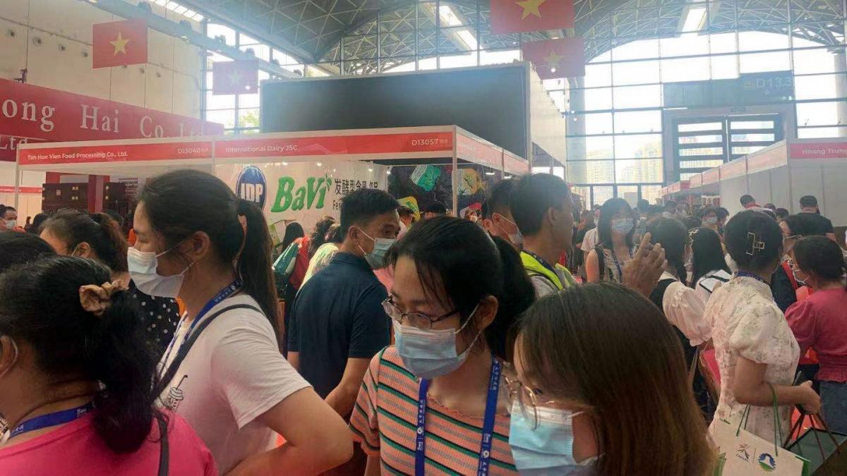 Khu gian hàng Việt Nam tại Hội chợ CAEXPO 2021 thu hút đông đảo khách tham quan, mua sắm. Ảnh: Vietrade