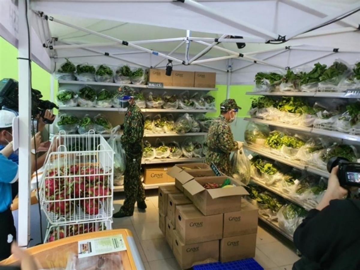 Lực lượng quân đội đi chợ giúp người dân TP.HCM.
