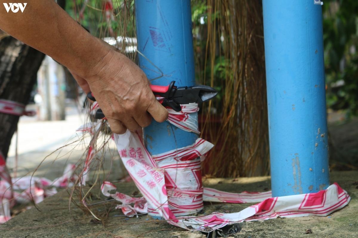 Lực lượng chức năng thu dọn vệ sinh tuyến hẻm sau khi tháo dỡ các chốt chặn.