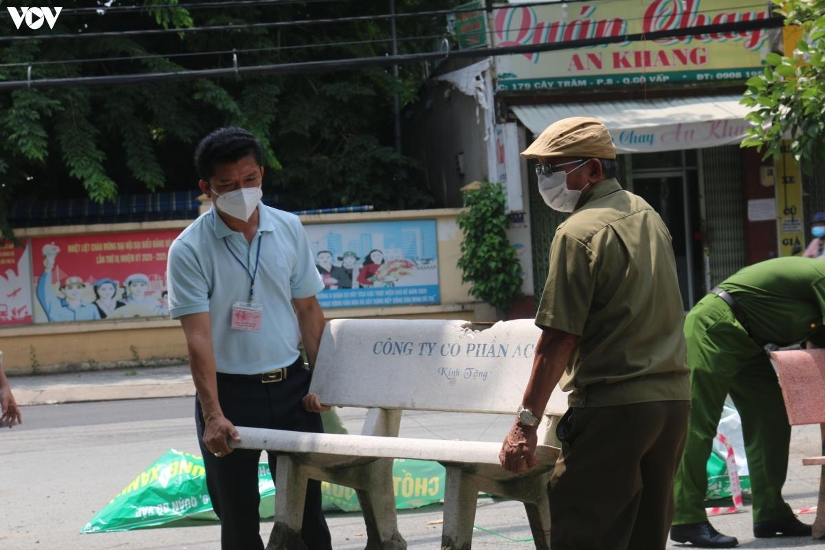 Ông Nguyễn Song Luân, Chủ tịch UBND Phường 9, quận Gò Vấp cho biết việc tháo dỡ một số chốt không đồng nghĩa với việc người dân được tự do đi lại. Ông Luân lưu ý từ nay đến 30/9, TP.HCM vẫn đang trong thời gian thực hiện Chỉ thị 16 của Thủ tướng Chính phủ, do đó người dân chỉ ra đường khi thực sự cần thiết.