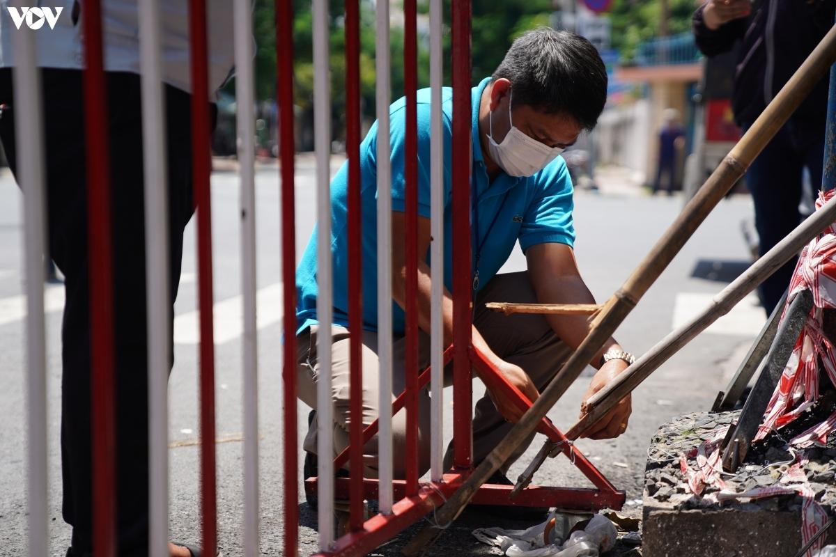 Không chỉ riêng quận Gò Vấp mà nhiều quận, huyện trên địa bàn TP.HCM cũng đang tiến hành tháo dỡ một số hàng rào, chốt tại khu vực phường xã. Trước đó, quận Phú Nhuận cũng đã tiến hành tháo hơn 50 chốt chặn trên địa bàn 13 phường, chủ yếu là chốt chặn tại các tuyến đường không phải trục chính.
