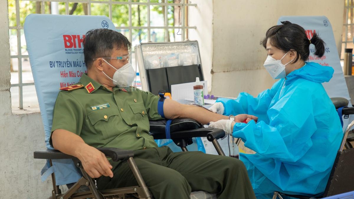 Thiếu tướng, PGS. TS Phan Xuân Tuy, Bí thư Đảng ủy, Hiệu trưởng Trường Đại học An ninh nhân dân tham gia hiến máu, động viên tinh thần cán bộ, chiến sĩ và đội ngũ y tế