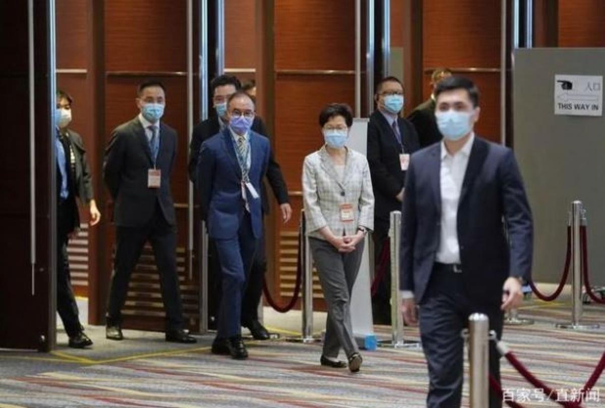 Bà Lâm Trịnh Nguyệt Nga đến thăm 1 điểm bầu cử sáng 19/9. Ảnh: Tân Hoa Xã