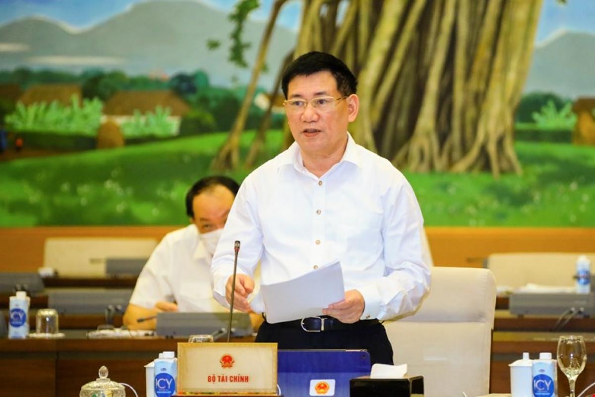 Bộ trưởng Bộ Tài chính Hồ Đức Phớc trình bày Tờ trình của Chính phủ. Ảnh: Quốc hội