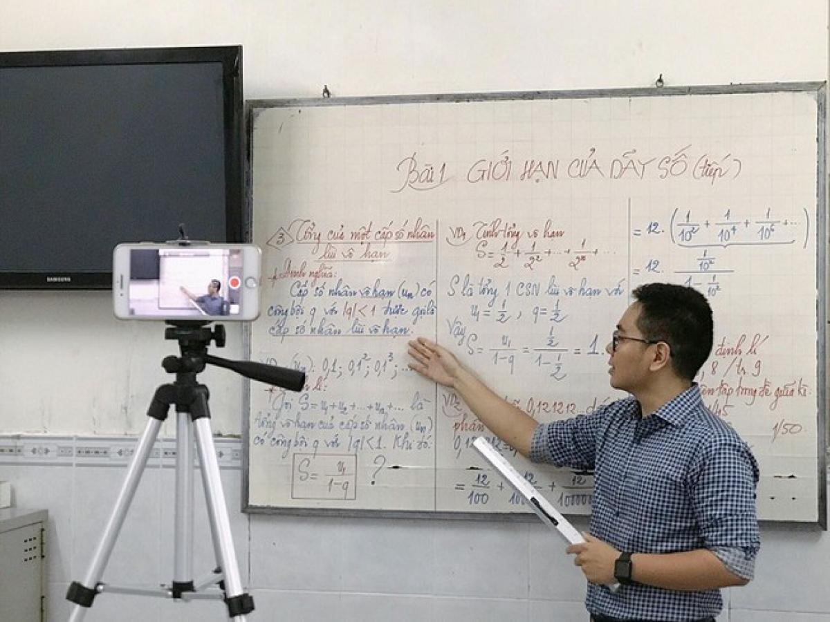 Giáo viên gặp không ít căng thẳng khi dạy trực tuyến. (Ảnh minh họa, nguồn: Dân sinh)