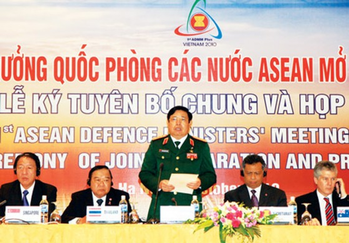 Bộ trưởng Bộ Quốc phòng Phùng Quang Thanh chủ trì cuộc họp báo về Hội nghị Bộ trưởng Quốc phòng các nước ASEAN mở rộng lần thứ nhất.