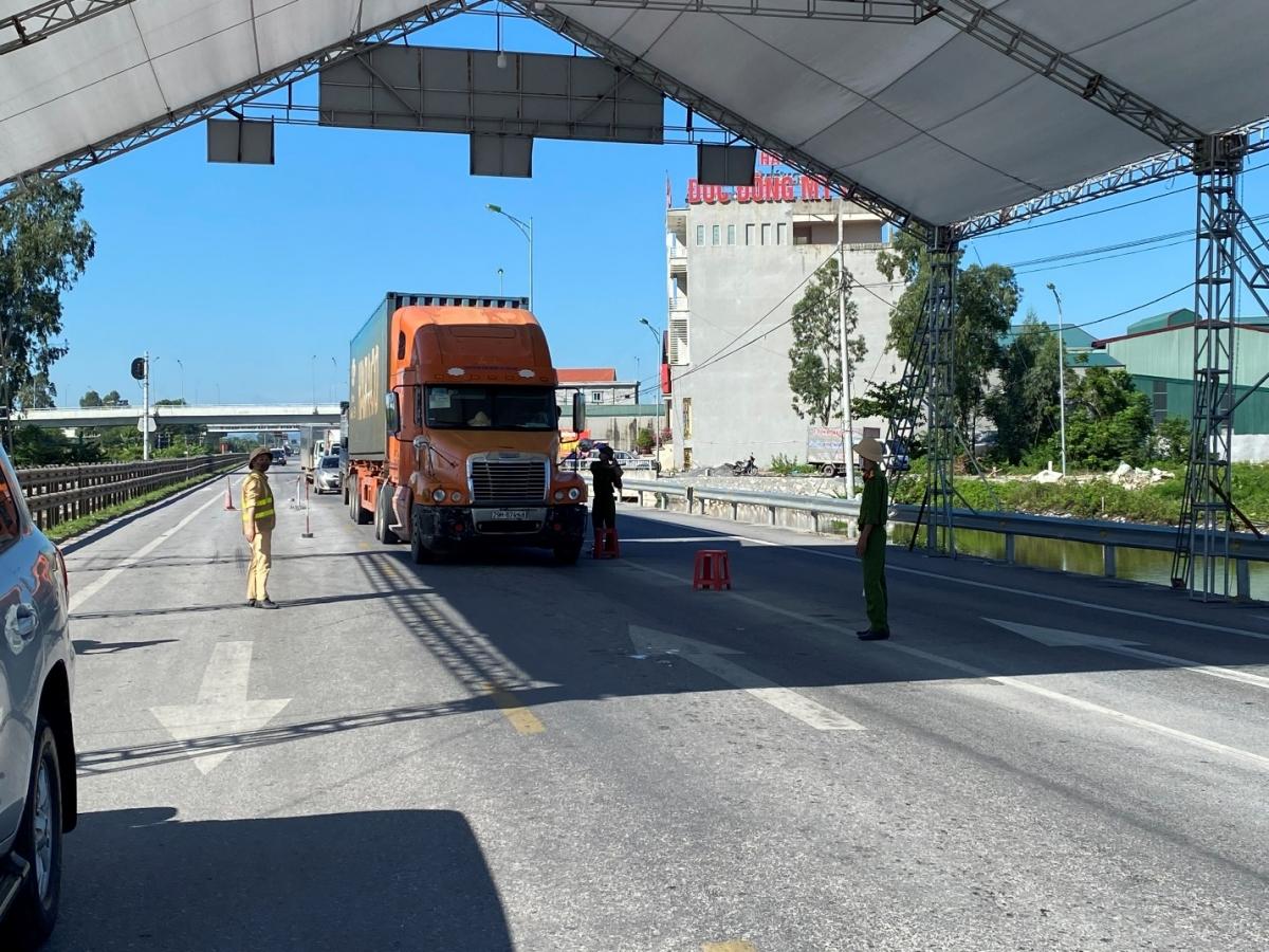 Kiểm tra phương tiện tại chốt Cao Bồ - QL10 địa phận tỉnh Nam Định.