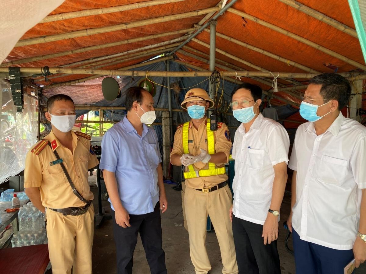 Lãnh đạo Bộ GTVT trao đổi với Lãnh đạo Sở GTVT Nam Định và các lực lượng thực thi công vụ tại chốt.