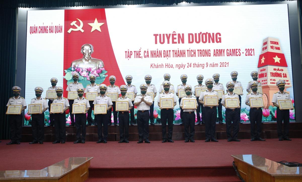 Chuẩn đô đốc Trần Thanh Nghiêm trao Bằng khen cho các tập thể và cá nhân hoàn thành xuất sắc nhiệm vụ trong Army Games 2021.