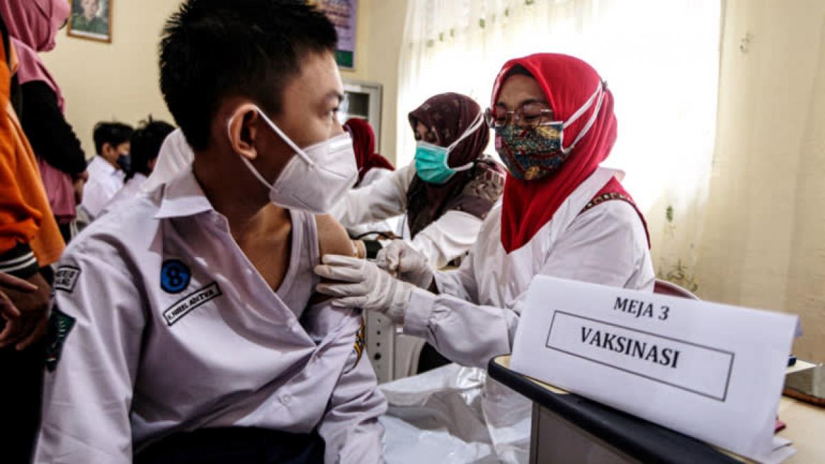 Tiêm phòng Covid-19 tại Indonesia. Ảnh: Reuters