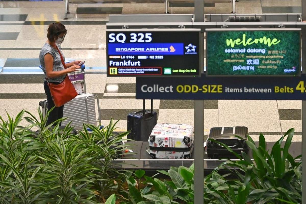 Một du khách đi chuyến bay đầu tiên theo VTL từ Đức tới sân bay Changi (Singapore) hôm 8/9. Nguồn: Lim Yao Hui/StraitsTimes