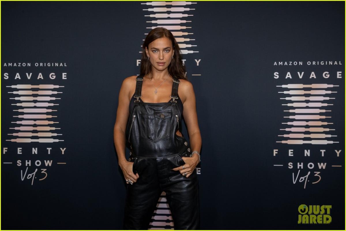 Siêu mẫu Nga diện quần yếm chất liệu da khoe body nóng bỏng tại sự kiện.