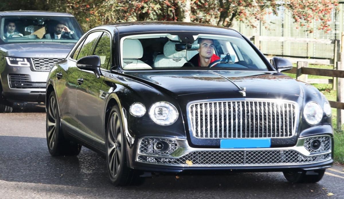 Sau khi xuất hiện cùng chiếc Lamborghini Urus màu bạc cách đây không lâu, Ronaldo vừa có thêm mẫu xe mới tại Manchester. Các tay săn ảnh đã bắt được khoảnh khắc Ronaldo lái chiếc Bentley Flying Spur thế hệ mới đến sân tập Carrington.Bentley Flying Spur là cái tên mới nhất trong bộ sưu tập siêu xe, xe sang của Ronaldo. Đây cũng là mẫu xe thứ 2 được Ronaldo mua về sau khi cập bến Manchester United vào cuối kỳ chuyển nhượng vừa qua.