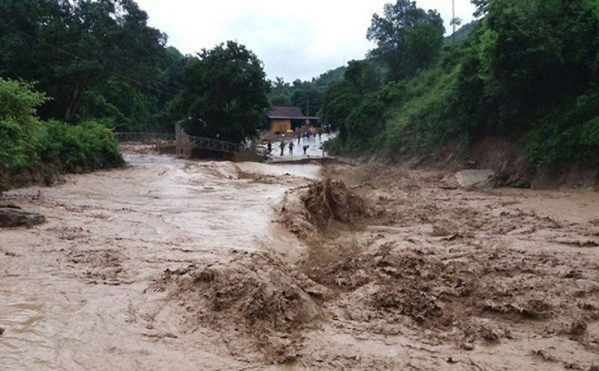 Hoàn lưu bão số 6 tiếp tục gây mưa lớn tại khu vực miền Trung và tiếp tục mở rộng, cảnh báo nguy cơ ngập lụt...