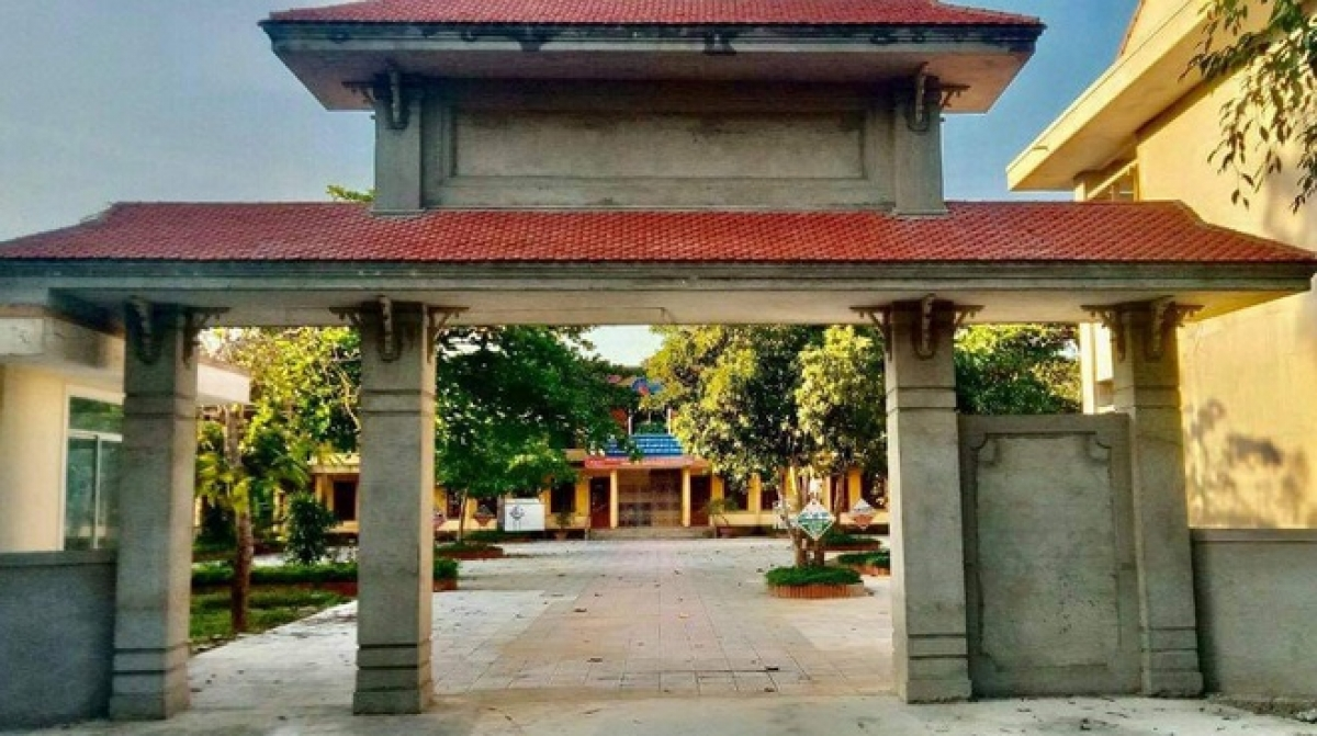 Cô Lê Thị L đang công tác tại Trường tiểu học và THCS số 1 Trường Thủy, một trường nằm ở vùng khó khăn của huyện Lệ Thủy.