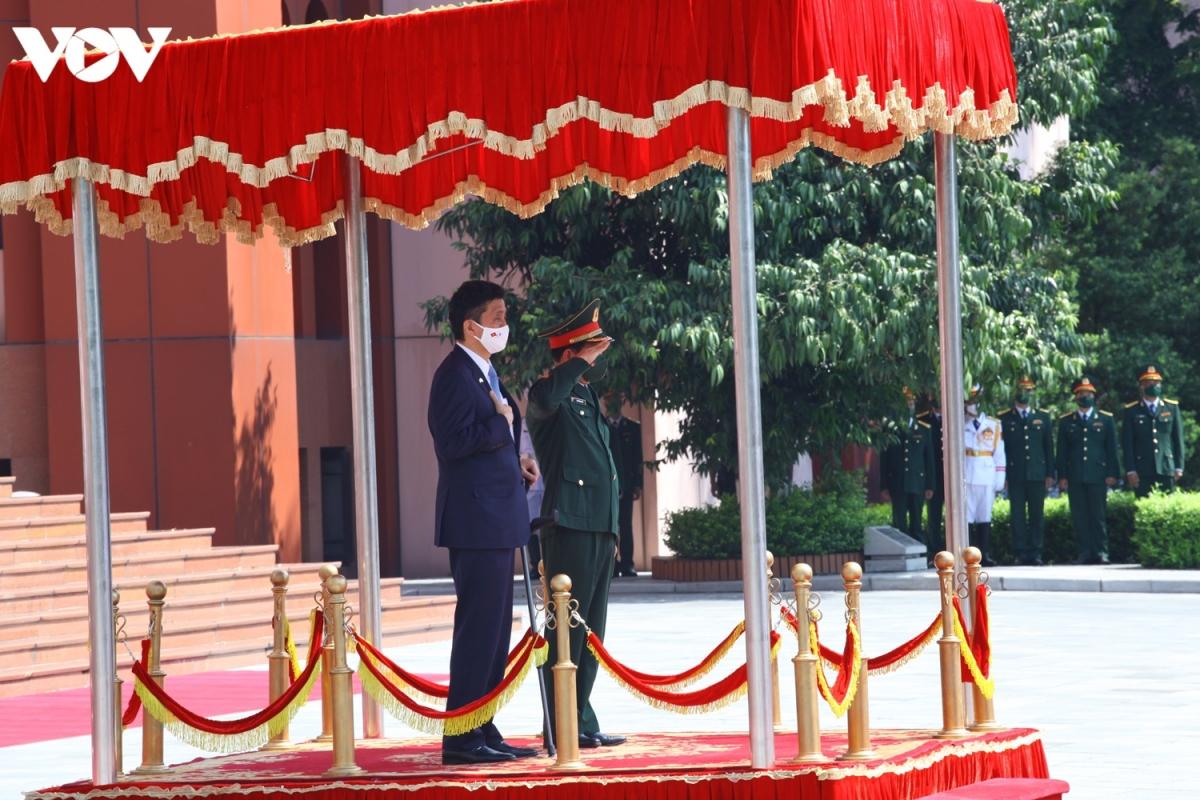Hai Bộ trưởng đứng trên bục danh dự. Đoàn quân nhạc cử Quốc thiều hai nước Việt Nam và Nhật Bản.Trong giai đoạn phát triển mới của quan hệ hợp tác quốc phòng giữa Việt Nam - Nhật Bản, hai bên khẳng định sẽ tích cực thúc đẩy các hoạt động hợp tác, đặc biệt là các chương trình giao lưu cấp cao và hợp tác đa phương, nhằm đóng góp tích cực cho hòa bình và ổn định, phát triển của khu vực và trên thế giới.
