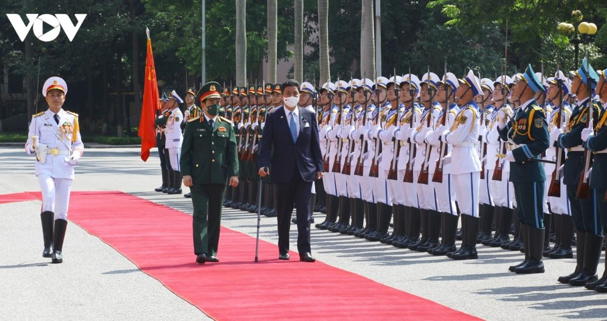 Hai Bộ trưởng duyệt đội danh dự Quân đội Nhân dân Việt Nam.Gửi lời chào mừng Bộ trưởng Kishi Nobuo và đoàn đại biểu sang thăm hữu nghị chính thức Việt Nam, góp phần phát triển mối quan hệ hợp tác quốc phòng giữa hai nước, Bộ trưởng Phan Văn Giang đánh giá cao việc Việt Nam là nước đầu tiên ông Kishi đến thăm sau khi nhậm chức.