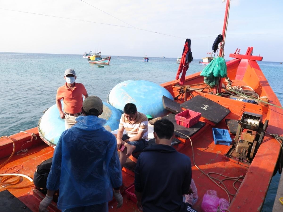 Tàu cá của ngư dân Quảng Ngãi được phép cập cảng bán hải sản