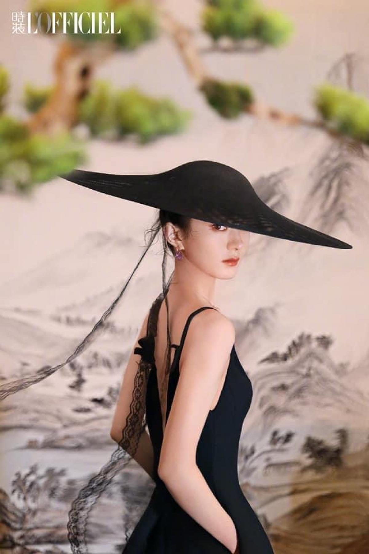 """Nữ diễn viên """"Minh Lan Truyện"""" khoe sắc kiêu sa trong loạt ảnh mang phong cách cổ phong.Bộ ảnh được thực hiện bởi nhiếp ảnh gia nổi tiếng Trần Mạn."""