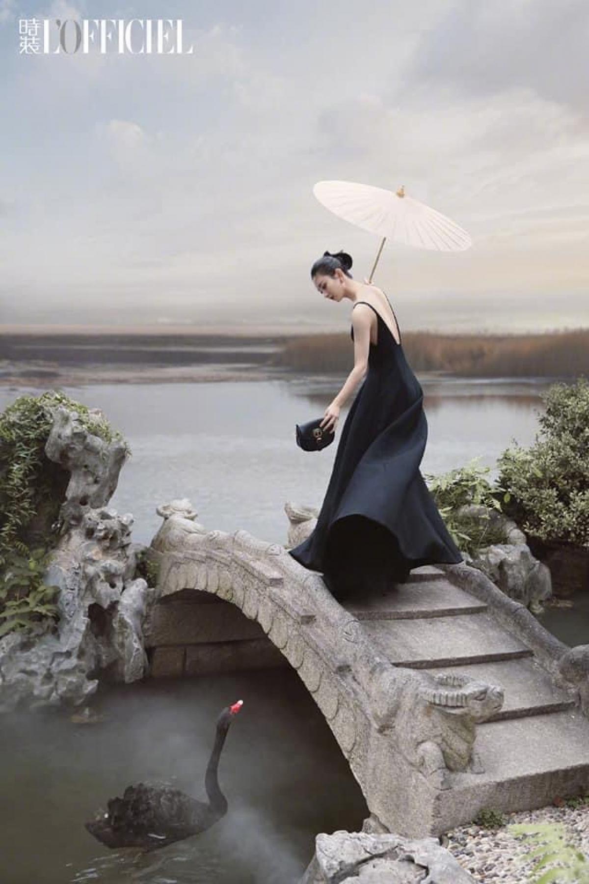 Vạt váy bay theo gió, Triệu Lệ Dĩnh lộ ra tấm lưng xinh đẹp, trên tay cầm ô toát ra khí chất thần tiên.