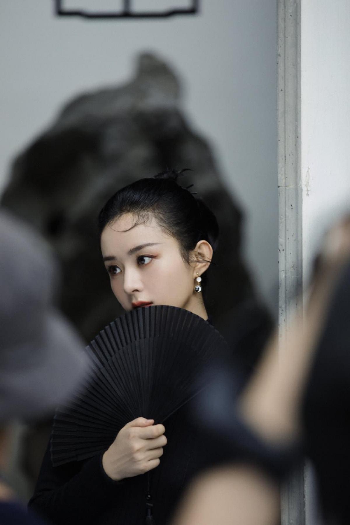 Phải nói Triệu Lệ Dĩnh 33 tuổi có cuộc sống rất kỹ lưỡng. Sau ồn ào tình cảm, cô đã trở nên mạnh mẽ, độc lập nhưng cũng rất bao dung và dịu dàng.