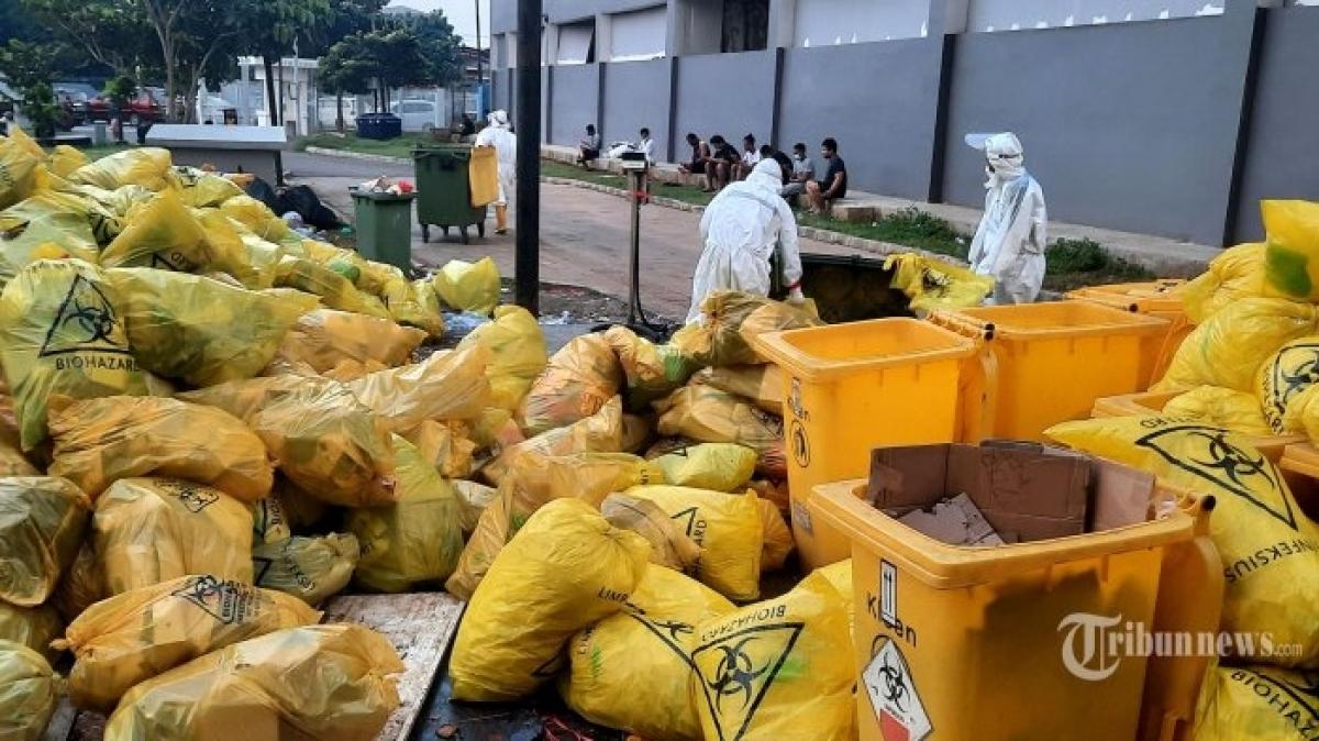 Quá tải rác thải y tế ở bệnh viện chỉ định về Covid-19 tại Indonesia (Nguồn: Tribunnews)