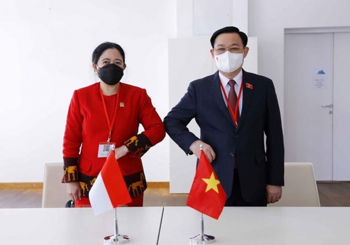 NA Chairman Vuong Dinh Hue (R) and Speaker of the Indonesian People's Representative Council Puan Maharani (Photo: VNA)