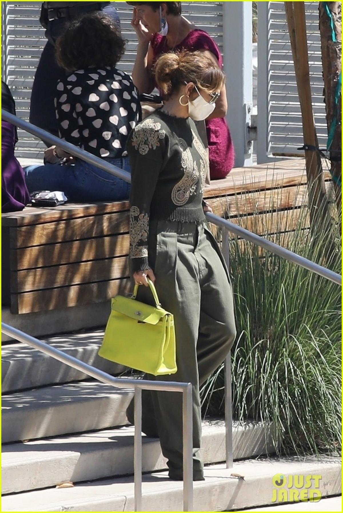 Jennifer Lopez một mình đến phim trường ở Los Angeles vừa qua.