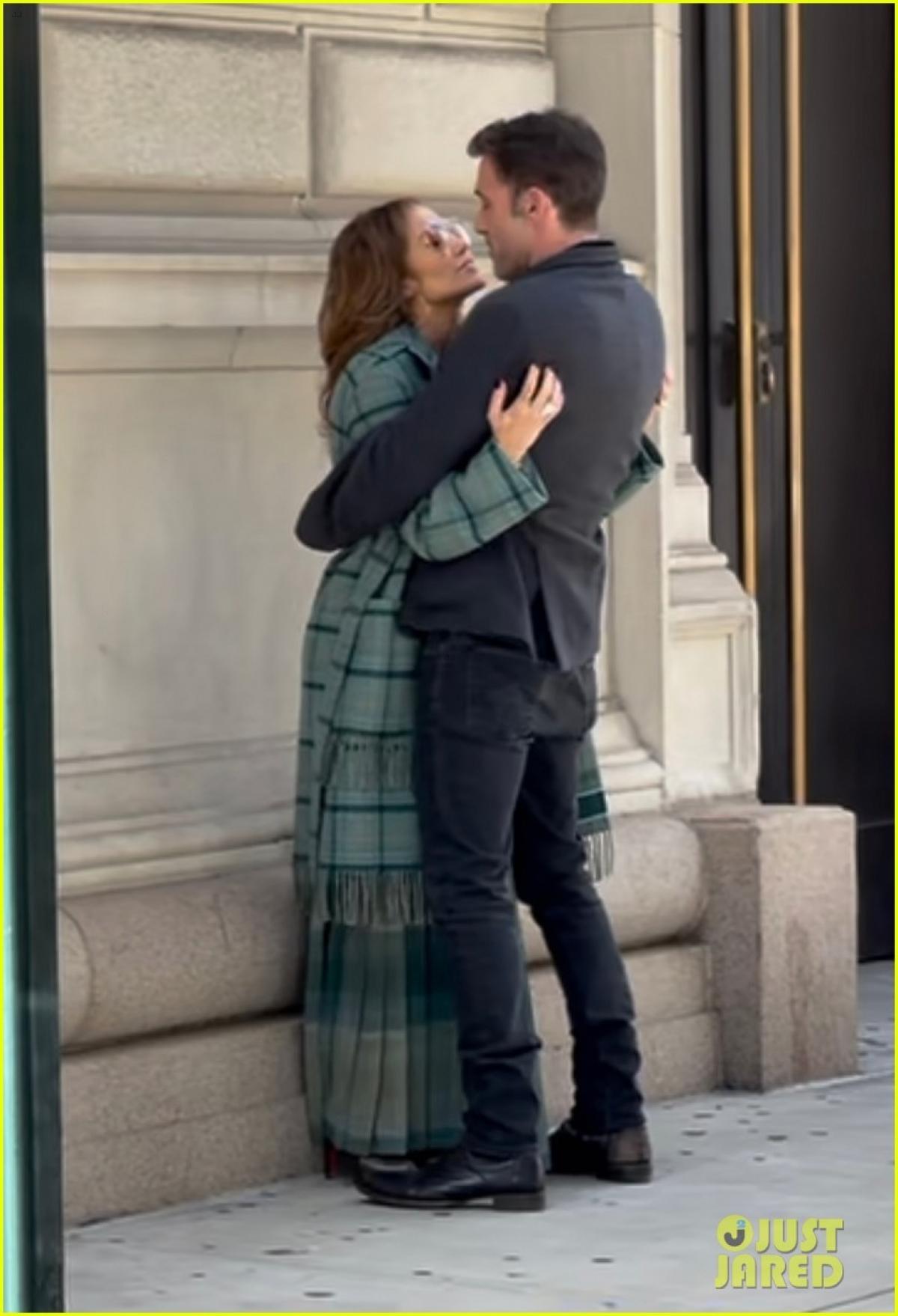 Jennifer Lopez và bạn trai Ben Affleck công khai thể hiện tình cảm khi đang cùng nhau đi dạo trong công viên Quảng trường Madison ở thành phố New York, Mỹ.