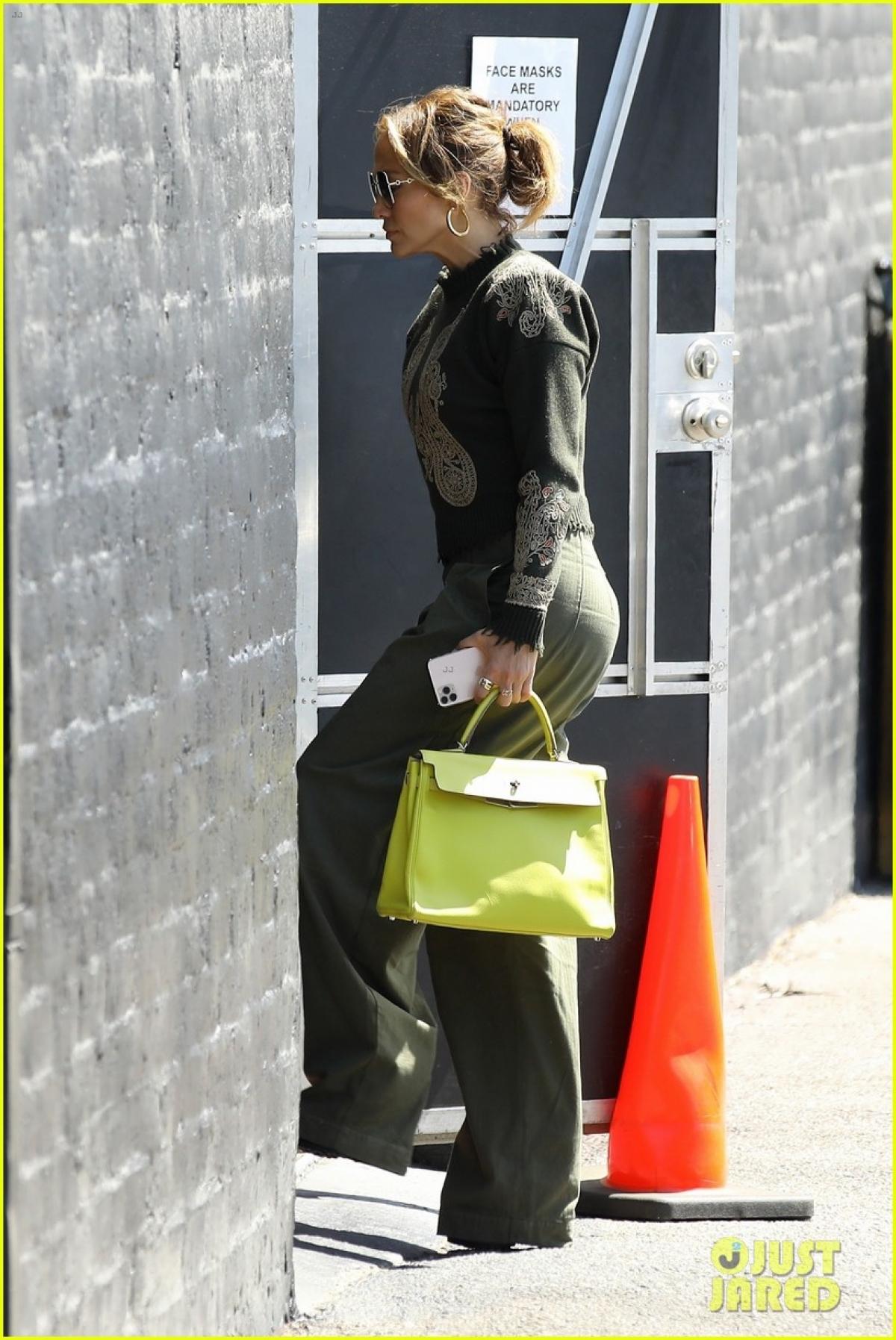 """Ở tuổi 52, Jennifer Lopez """"đốn tim"""" fans bởi vẻ ngoài trẻ trung, cuốn hút."""