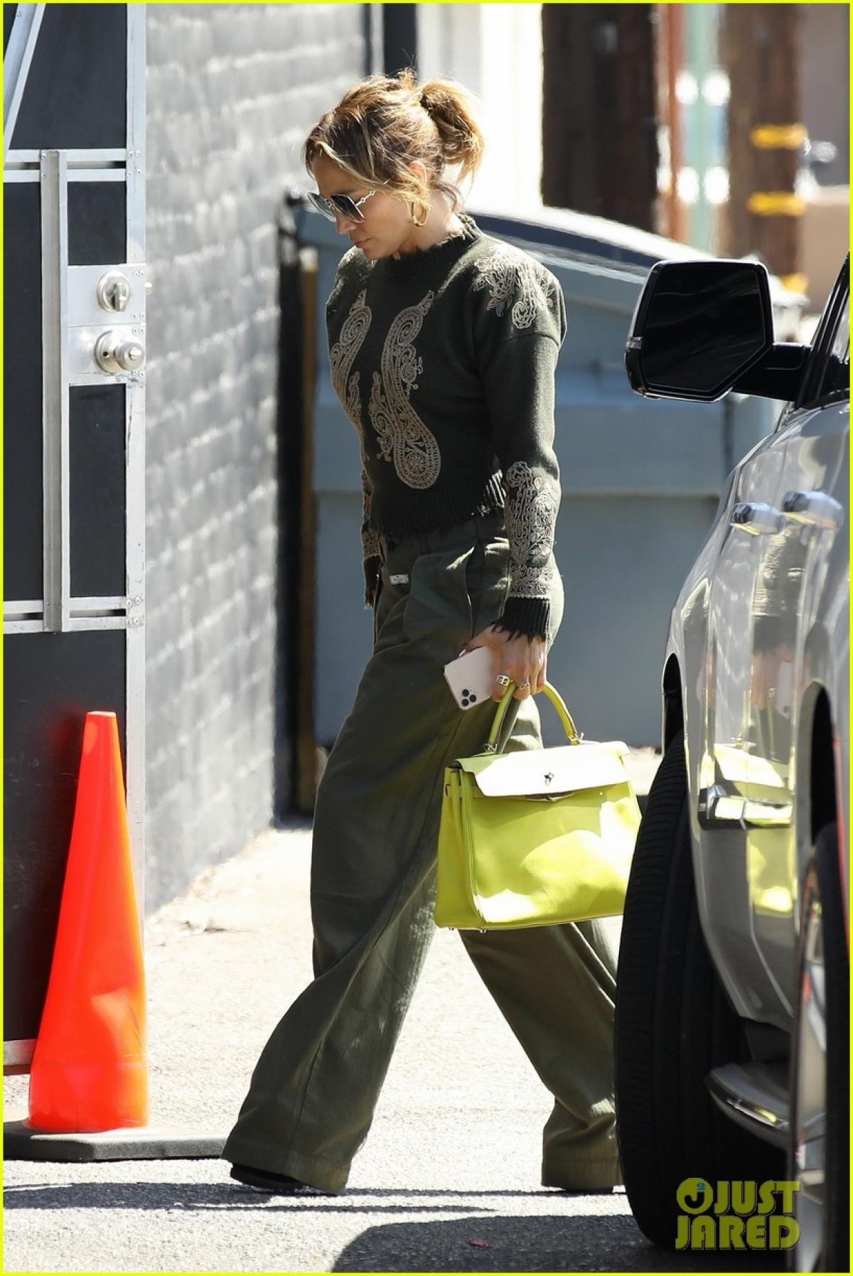 """Cách đây không lâu, theo nguồn tin trên Pagesix, Jennifer Lopez và Ben Affleck vui vẻ đi ăn tối cùng nhau tại nhà hàng 5 sao trong khách sạn Pendry, West Hollywood. """"Họ rất hạnh phúc bên nhau. Hai người đang bắt đầu nói về tương lai của họ"""", nguồn tin tiết lộ."""