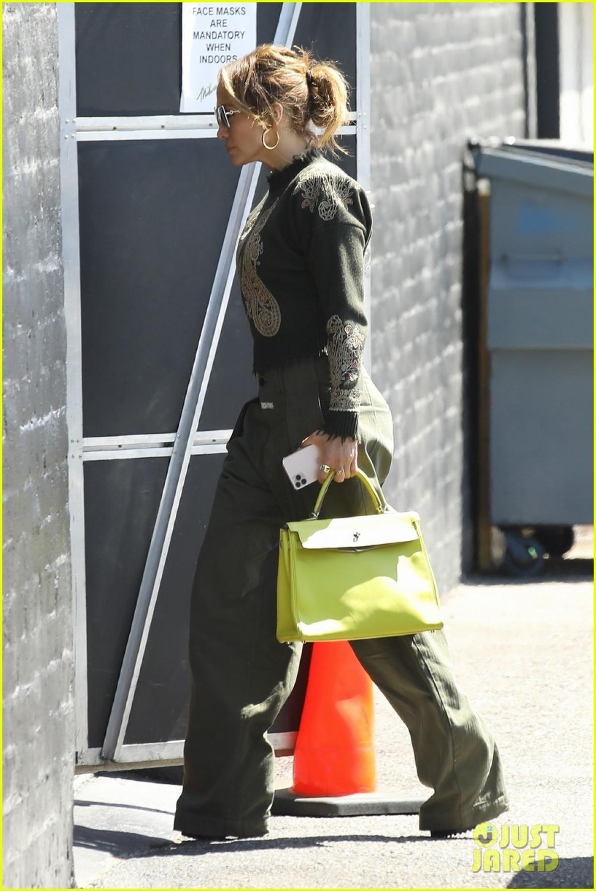 """Jennifer Lopez và Ben Affleck gặp nhau trên phim trường """"Gigli"""", sau đó hẹn hò và đính hôn vào cuối năm 2002. Đến tháng 9/2003, cặp sao tuyên bố hoãn cưới và chính thức đường ai nấy đi vào đầu năm 2004. Cho nên, với sự tái hợp lần này của cặp đôi nhận được sự quan tâm, ủng hộ của người thân, bạn bè và công chúng./."""