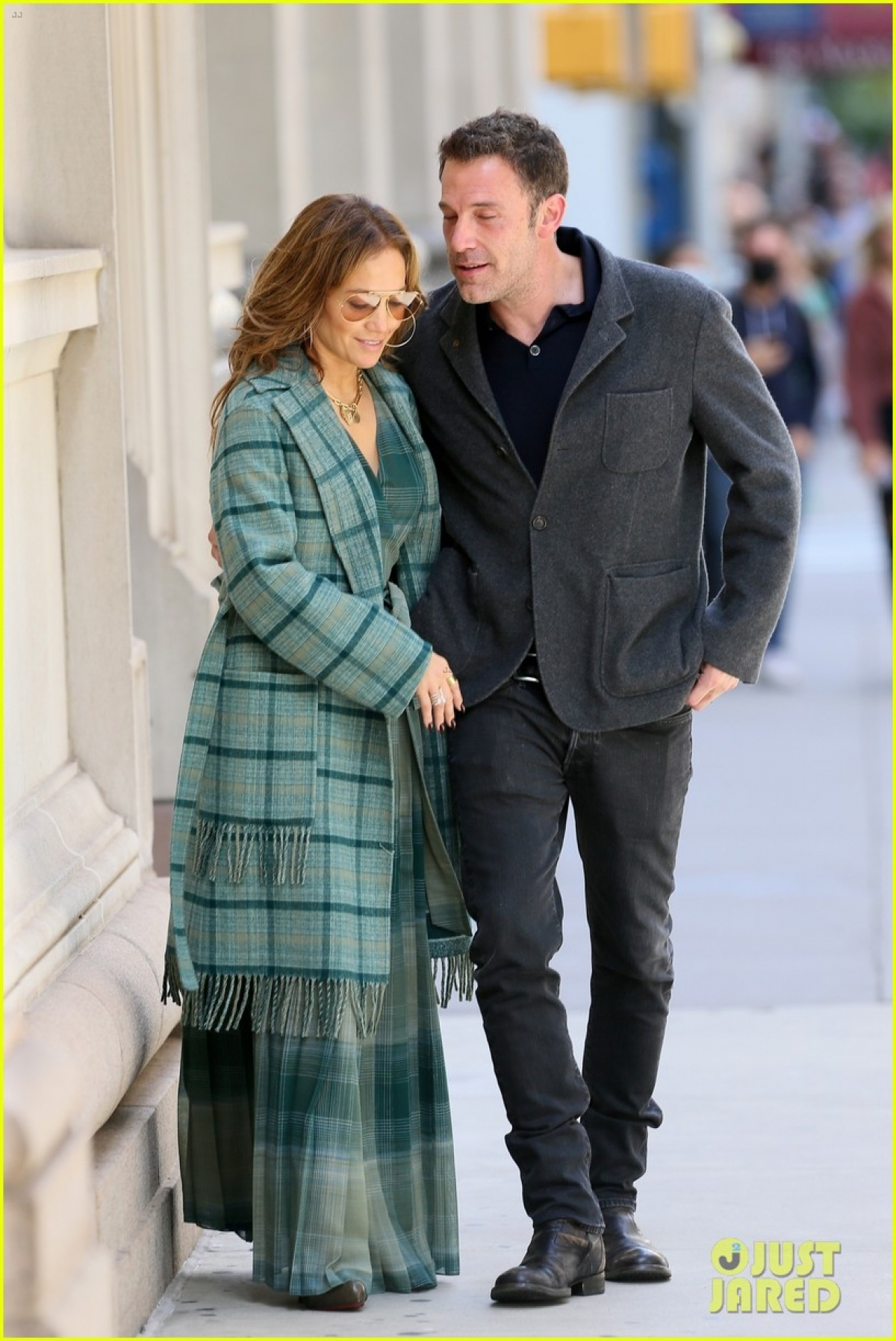 Jennifer Lopez tái hợp Ben Affleck từ cuối tháng 4. Họ kết nối nhanh chóng vì từng gắn bó vào đầu thập niên 2000. Có thời điểm, hai ngôi sao liên tục gặp gỡ, đi chơi riêng ở Los Angeles, nghỉ dưỡng ở Montana, nắm tay nhau khi đi ăn tối. Có thông tin cho rằng nữ ca sĩ muốn chuyển về Los Angeles để sống gần người yêu.