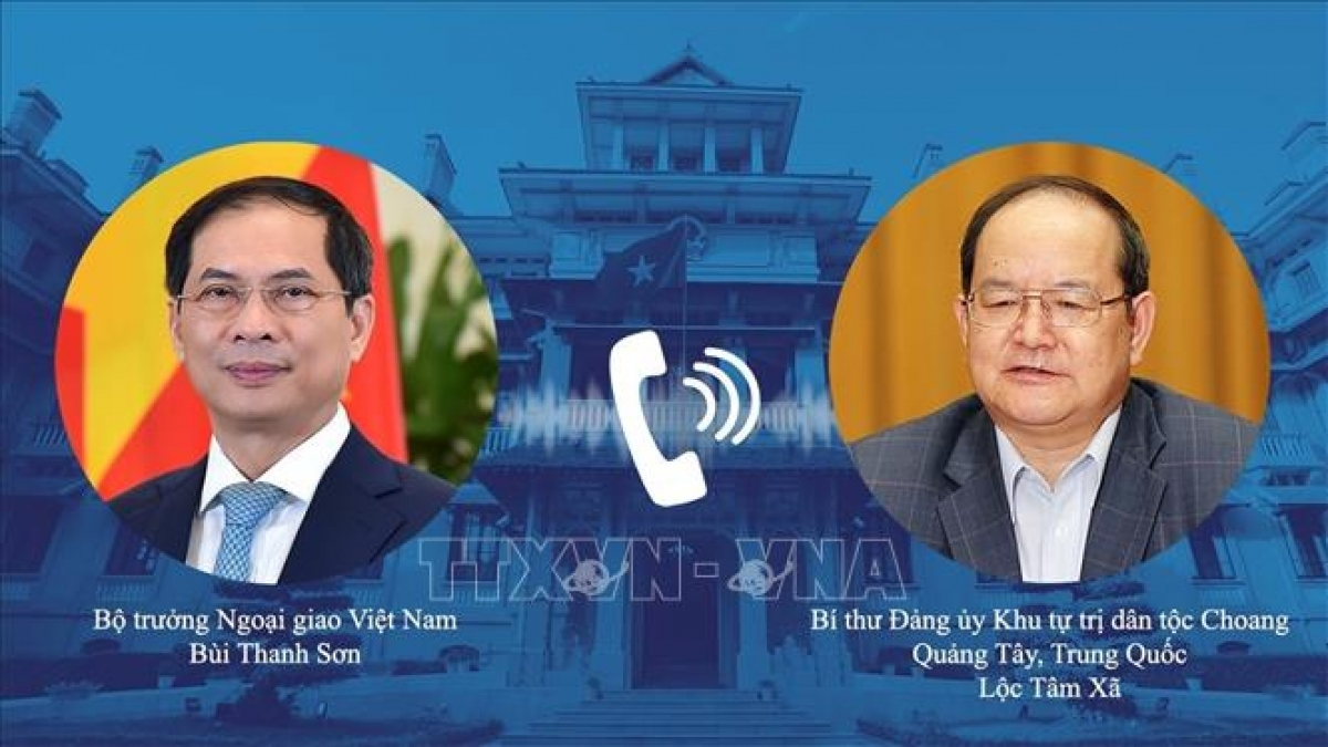 Foreign Minister Bui Thanh Son (L) holds phone talks with Lu Xinshe, Secretary of the Party Committee of Guangxi Zhuang Autonomous Region (China).