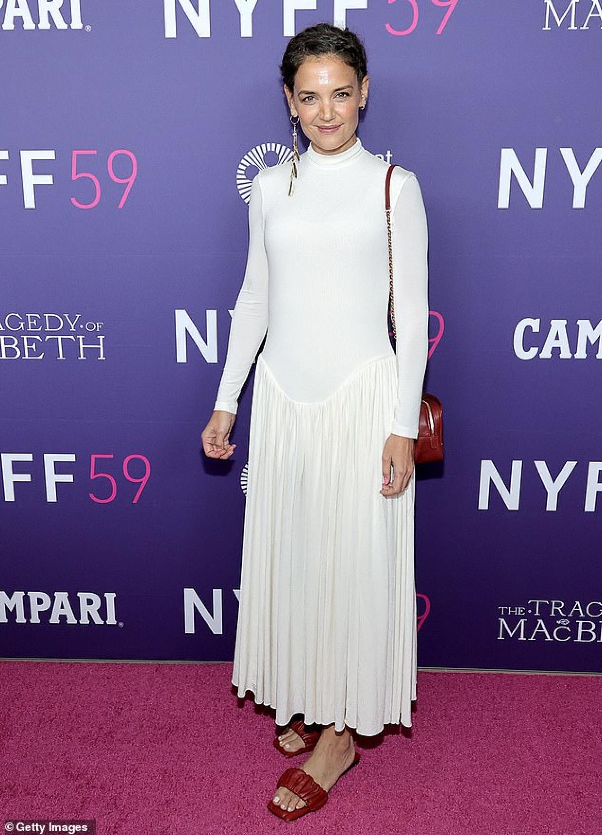 Nữ diễn viên diện đầm trắng bó sát gợi cảm.