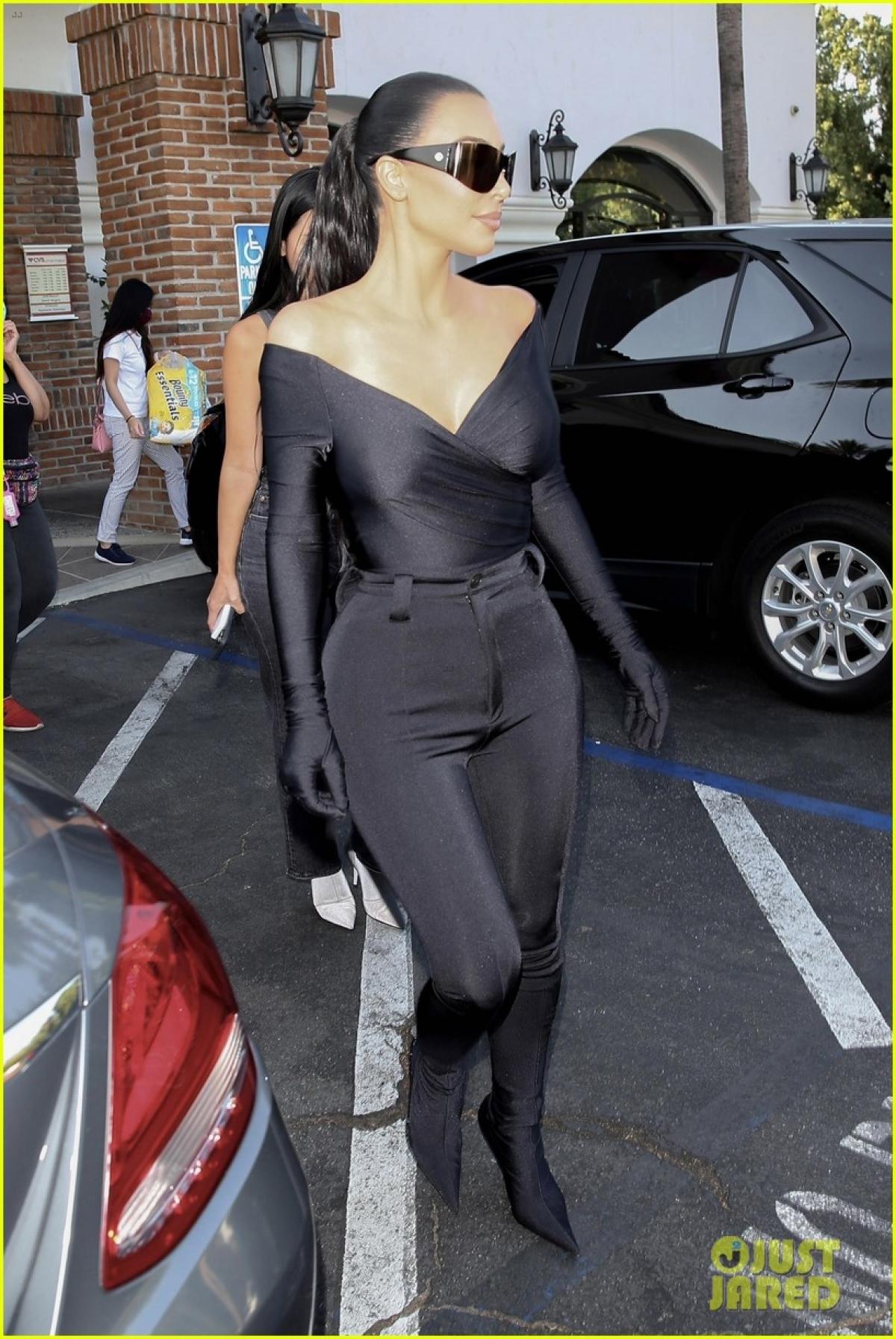 """Thời gian gần đây, Kim Kardashian liên tục vướng tin đồn tái hợp Kanye West sau màn tái hiện lại đám cưới trong buổi nghe trước cho album """"Donda"""" vào ngày 26/8."""
