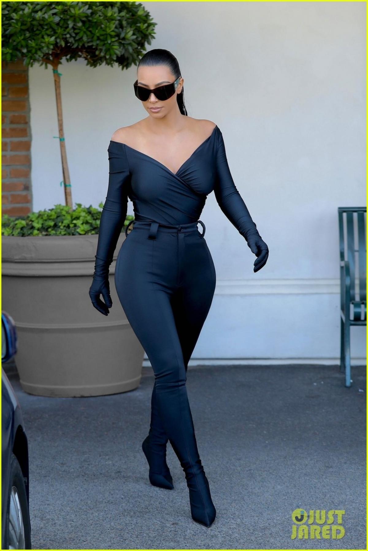 """""""Nộp đơn ly hôn luôn là quyết định khó khăn nhất mà Kardashian từng làm. Cô ấy đệ đơn vì cặp đôi có những vấn đề mà họ không thể giải quyết. Hiện tại, mối quan hệ giữa Kim Kardashian và Kanye West rất tốt. Tuy nhiên, điều đó không khiến cả hai quay lại bên nhau"""", People tiết lộ./."""