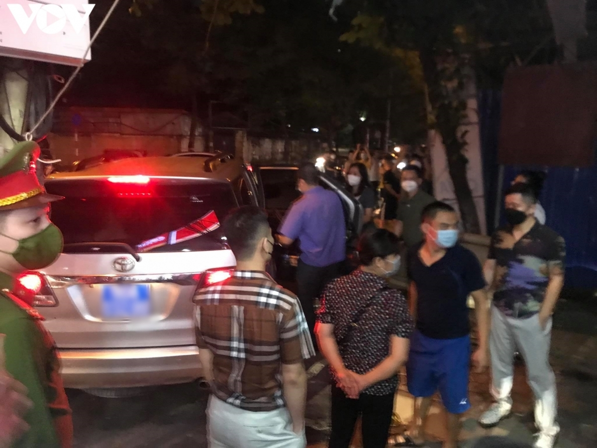 Lực lượng chức năng có mặt tại trước nhà ông Phùng Anh Lê ở Nhân Hòa, Nhân Chính tối 21/9