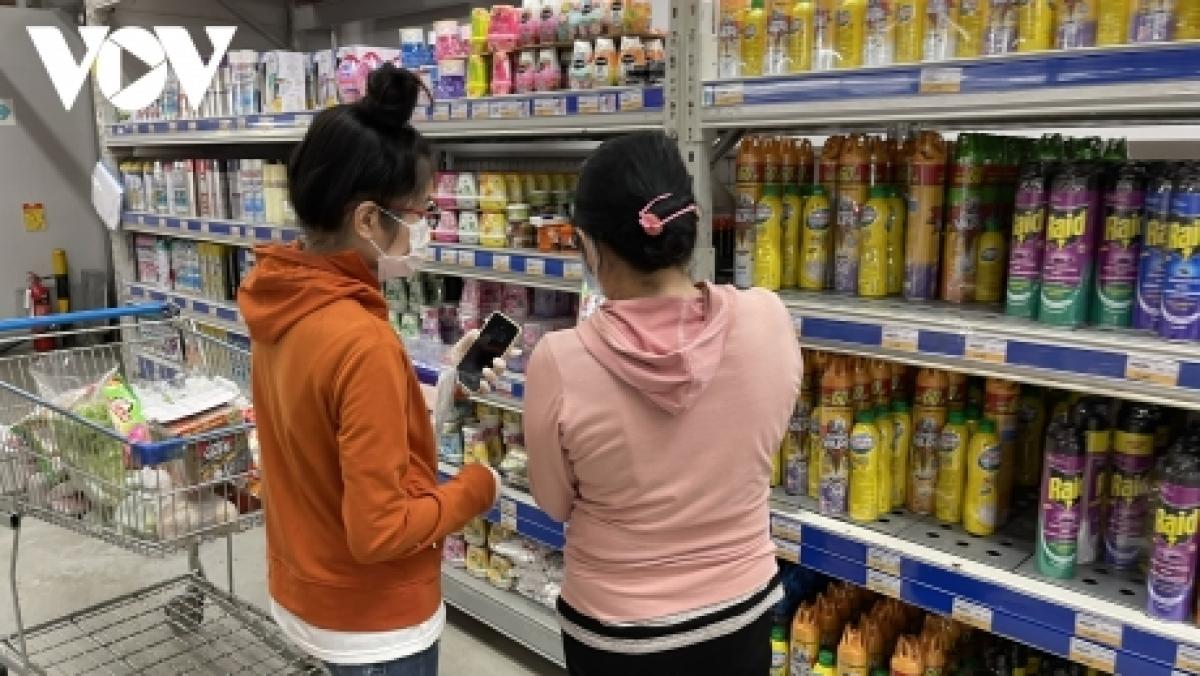 Người dân được mua sắm hàng hoá thiết yêu tại các siêu thị.