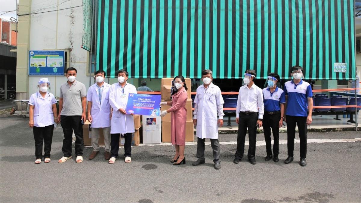 Quỹ từ thiện Kim Oanh trao tặng thuốc và thiết bị y tế cho Bệnh viện huyện Nhà Bè TP.HCM sáng 10/9