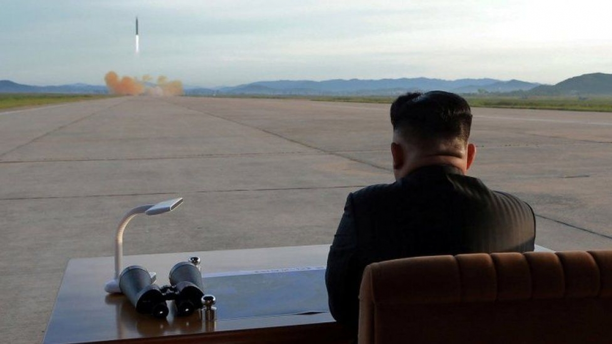 Nhà lãnh đạo Triều Tiên Kim Jong-un giám sát một vụ thử tên lửa trước đây. Ảnh: BBC