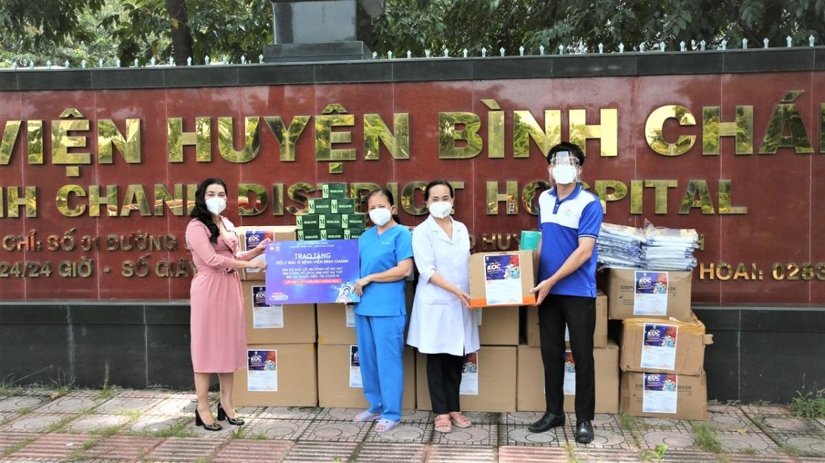 Bà Đặng Thị Kim Oanh - Chủ tịch HĐQT Tập đoàn địa ốc Kim Oanh (Bình Dương) trao tặng thuốc và thiết bị y tế cho Bệnh viện huyện Bình Chánh TP.HCM.