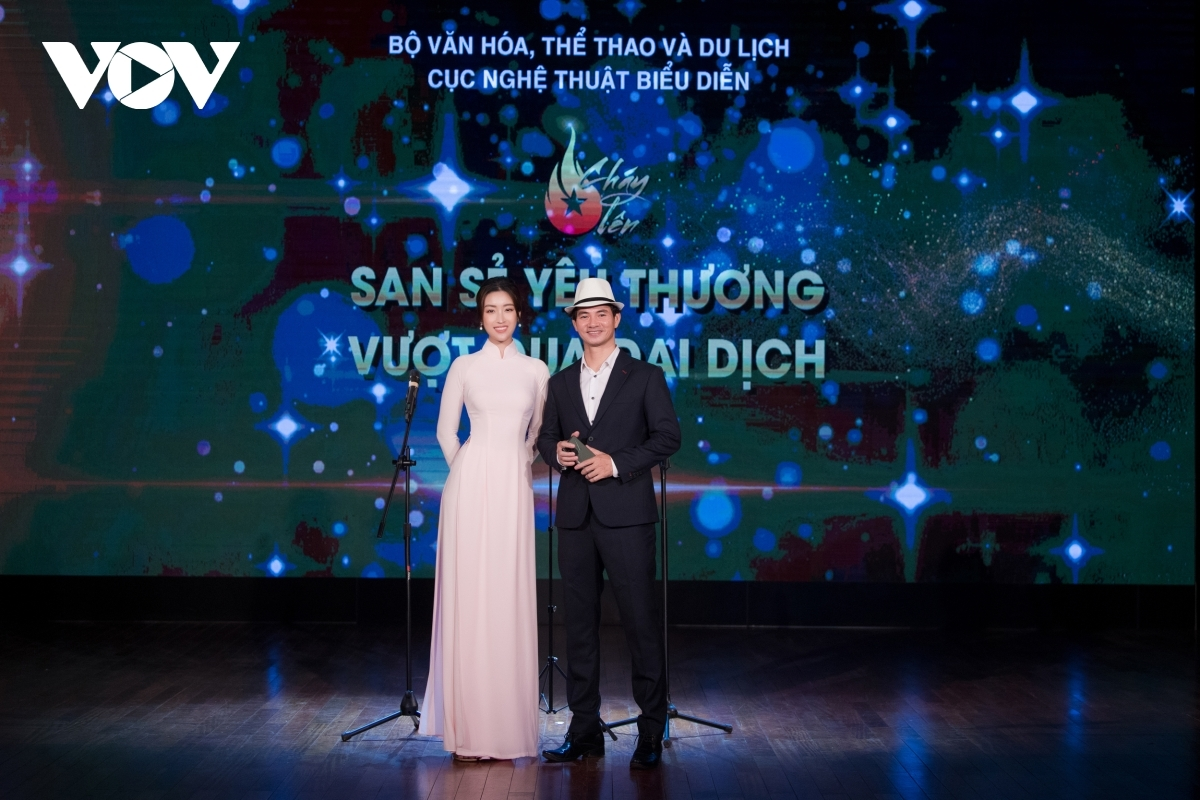 """The programme opened with the theme of""""Sharing love, overcoming the pandemic"""" and was hosted by the Department of Performing Arts and theaters under the Ministry of Culture, Sports and Tourism. An array of artists and performers from Vietnam Drama Theater, Vietnam Tuong Theater, Vietnam Circus Federation, Vietnam National Opera, and Ballet Theater, as well as singer Vicky Nhung, came together to deliver outstanding online performances."""