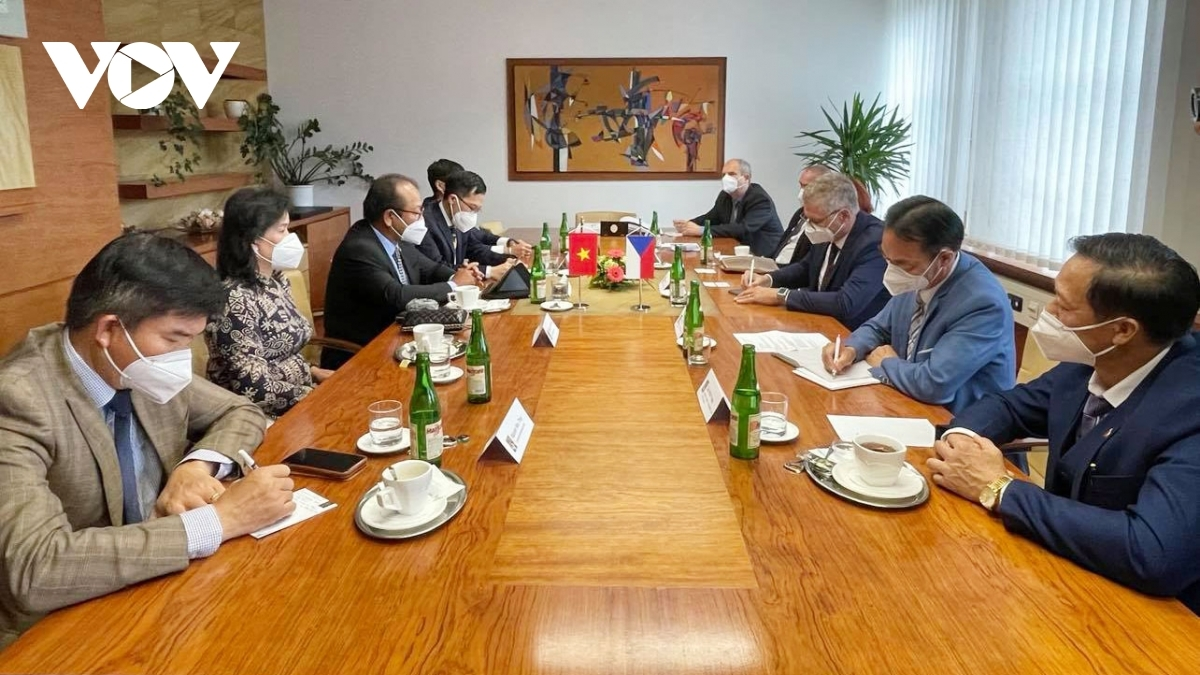 Vietnamese Ambassador to the Czech Republic Thai Xuan Dung holds a working session with North Morava provincial authorities.